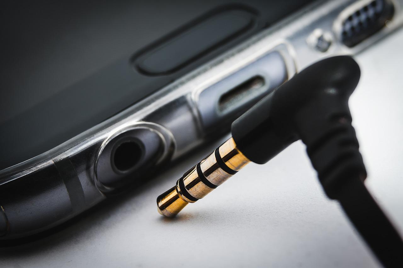 3 Methods to Clean Your Headphone Jack